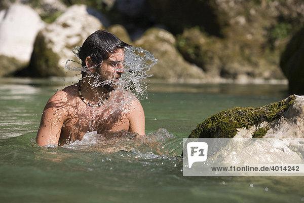 Schwimmer in der Brandenberger Ache  Nordtirol  Österreich  Europa