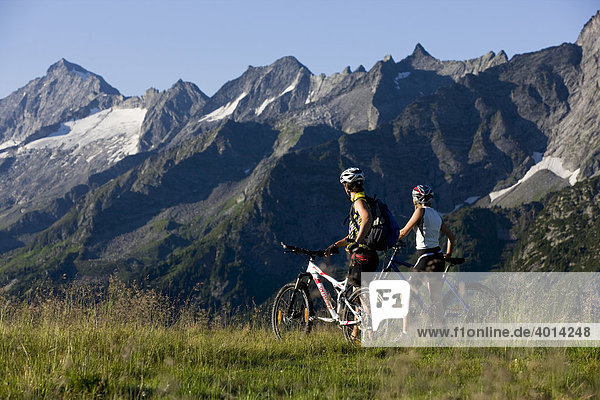 Mountain bikers having a break  Zillertal Alps  Mayerhofen  North Tyrol  Austria  Europe