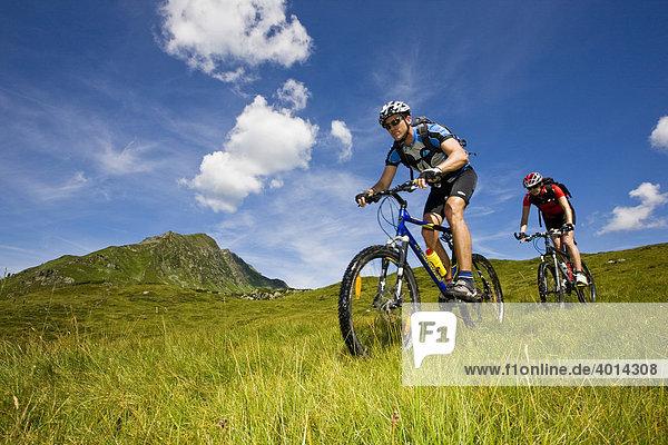 Mountainbiker  kleiner Galtenberg  Alpbachtal  Kitzbühler Alpen  Nordtirol  Österreich  Europa