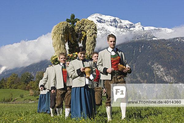 Trachtengruppe  Erntedankfest mit Getreidekrone  Reith i. Alpbachtal  Nordtirol  Tirol  Österreich  Europa