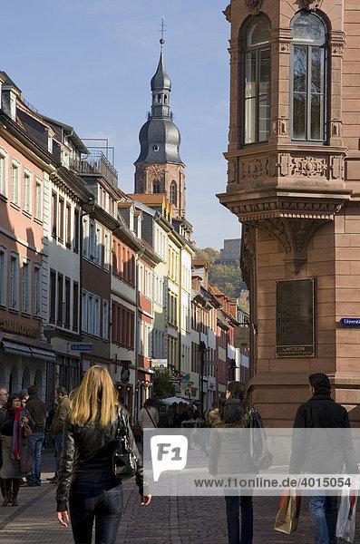 Passanten in der Hauptstraße  Einkaufsstraße  Heidelberg  Baden-Württemberg  Deutschland
