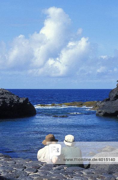Meeresschwimmbecken Charco Manso  Paar  Menschen  Ausblick  El Hierro  Kanarische Inseln  Spanien  Europa