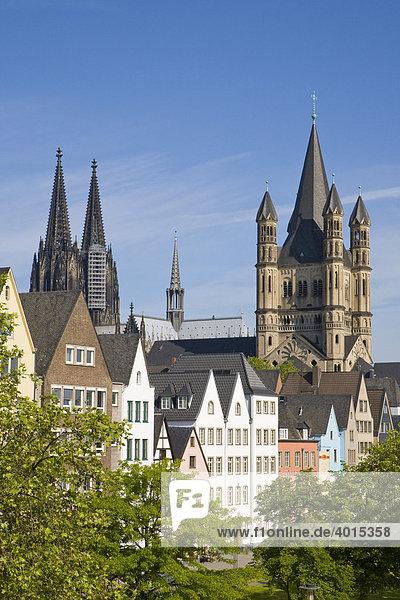 Häuser an der Rheinpromenade  Kölner Dom  Kirche Groß St. Martin  Köln  Nordrhein-Westfalen  Deutschland  Europa