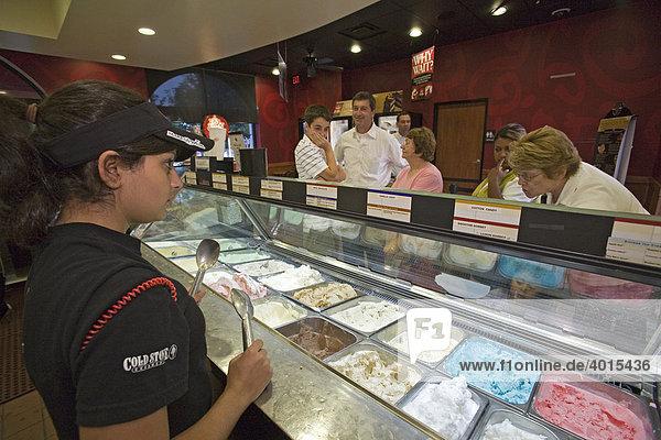 Samantha Dabain  18  portioniert für Kunden in einer Cold Stone Creamery-Filiale Eiskugeln  Grosse Pointe  Michigan  USA