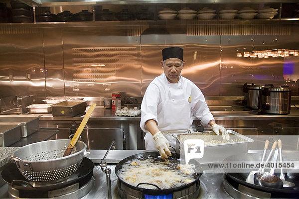 Ein Küchenchef kocht im Palette Dining Studio im MGM Grand Casino Shrimps in einem Wok  Detroit  Michigan  USA