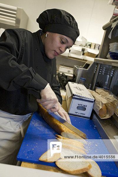 Eine Angestellte schneidet Brot  Küche des Greektown Casino-Hotels  Detroit  Michigan  USA
