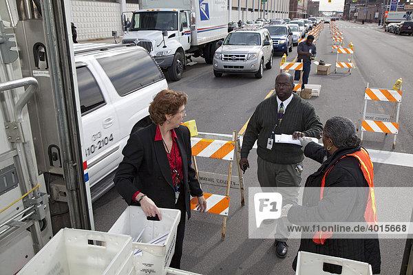 Postmitarbeiter sammeln auf der Straße vor dem Postamt in letzter Minute Steuererklärungen ein  in der letzten Stunde vor Ende der Abgabefrist  Detroit  Michigan  USA