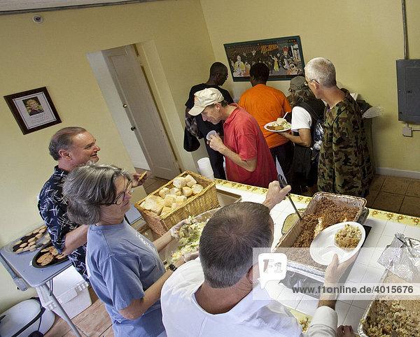 Mitglieder der St. Marks United Methodist Church geben nach dem Sonntagsgottesdienst Essen an Obdachlose aus  New Orleans  Louisiana  USA