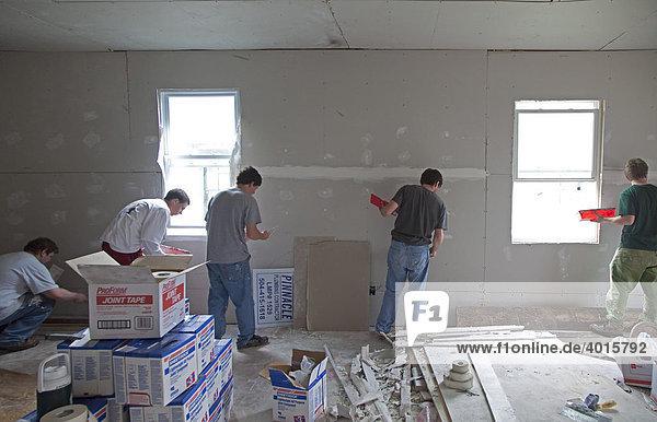 Freiwillige der Vianney und St. Mary's Catholic High School in St. Louis reparieren ein Haus das von Hurricane Katrina beschädigt wurde  New Orleans  Louisiana  USA