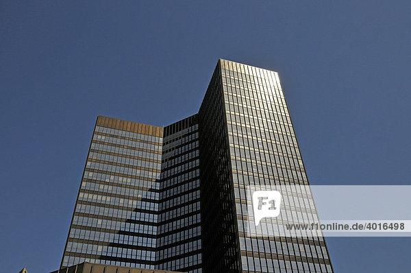 Mit 106 m Höhe und 69.000 Quadratmeter Bürofläche gehört das Rathaus der Stadt Essen zu den größten in Deutschland  Essen  Nordrhein-Westfalen  Deutschland  Europa