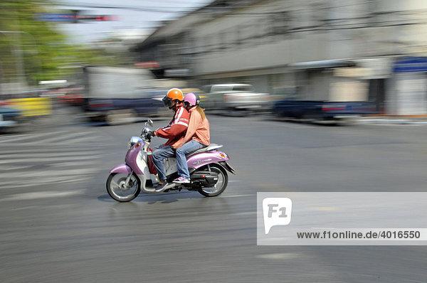 Moped mit Sozius im Verkehrschaos  Ratchamnoen Klang Road  Straßenverkehr in Bangkok  Thailand  Asien