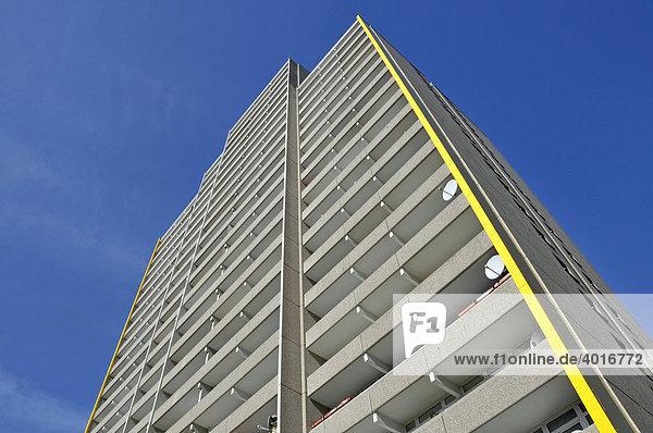 Wohnhochhaus mit Balkonen und Satellitenschüsseln  Trabantenstadt Chorweiler in Köln  Nordrhein-Westfalen  Deutschland  Europa
