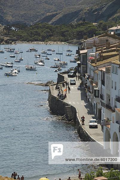 Kaimauer  Straße und Paseo an der Bucht Es Pianc im Seebad CadaquÈs  nördliche Costa Brava  Spanien  Europa
