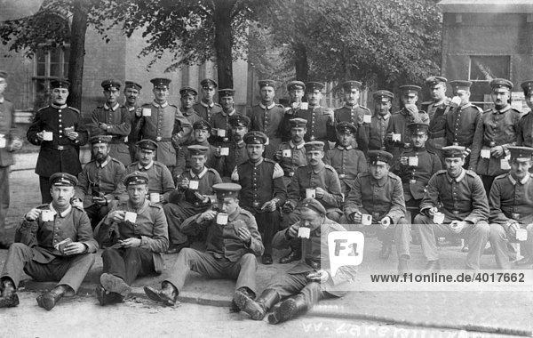 Soldaten trinken aus der Tasse  historische Aufnahme  ca. 1925
