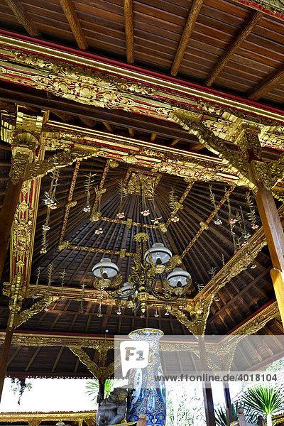 Dachgebälk  Lüster und Vase im Königspalast Puri Saren  Ubud  Bali  Indonesien