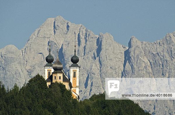 Wallfahrtskirche Frauenberg  im Hintergrund der Nationalpark Gesäuse  Steiermark  Österreich  Europa