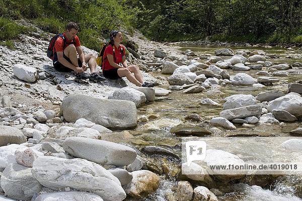 Paar am Gebirgsbach Große Schlucht  Nationalpark Kalkalpen  Oberösterreich  Österreich  Europa