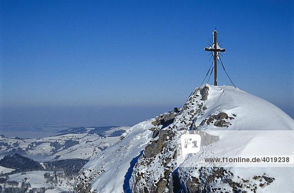 Das Gipfelkreuz des Steinernen Jäger in den Voralpen bei Reichraming im Winter  Oberösterreich  Österreich  Europa