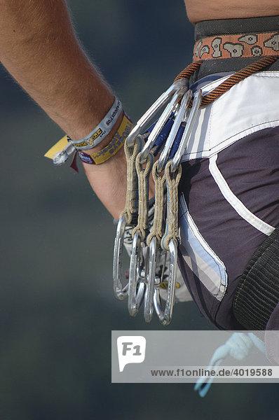 Hand eines Kletterers greift in den Magnesium Sack  Losenstein  Oberösterreich  Österreich  Europa
