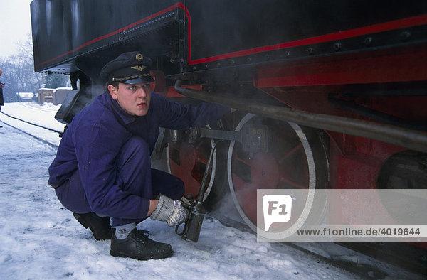 Lokführer beim Schmieren der Steyrtalbahn in Oberösterreich  Österreich  Europa