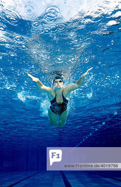 Schwimmerin  20 Jahre  trainiert in einem Pool den Butterfly-Schwimmstil  Steyr  Oberösterreich  Austria