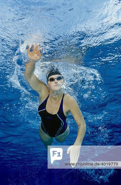 Schwimmerin  20 Jahre  trainiert den Kraulstil im Pool  Steyr  Oberösterreich  Austria