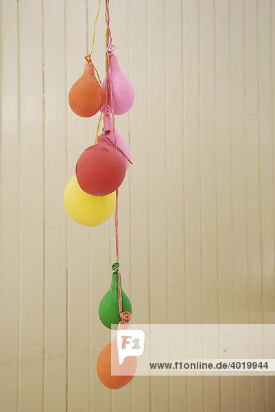 Schlaffe Luftballons als Symbol für das Absinken der Stimmung nach einem Hoch  Katerstimmung
