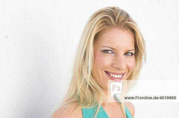 Portrait einer hübschen jungen blonden Frau