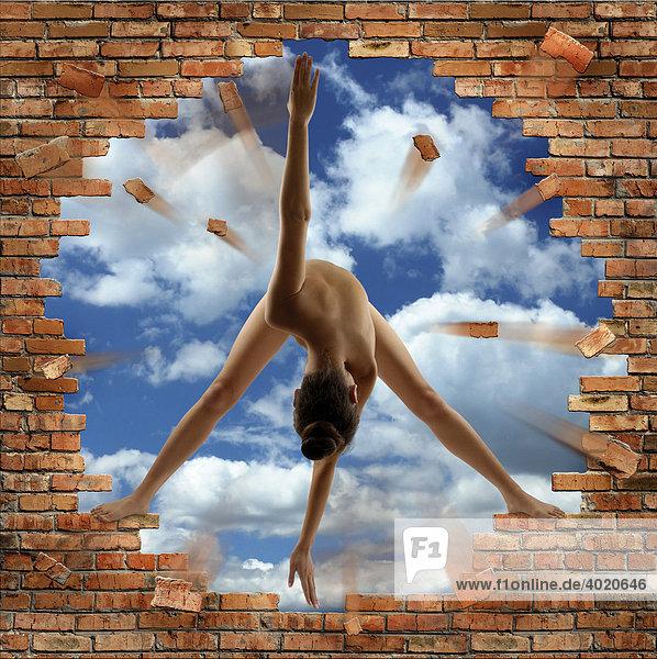 Frau formt ein Peace-Zeichen  CND Symbol  Ihr Körper zerstört eine Ziegelmauer und legt die Sicht auf den blauen Himmel dahinter frei  konzeptuelle Photo-Illustration Frau formt ein Peace-Zeichen, CND Symbol, Ihr Körper zerstört eine Ziegelmauer und legt die Sicht auf den blauen Himmel dahinter frei, konzeptuelle Photo-Illustration