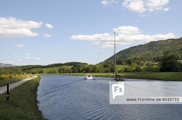 Kaledonischer Kanal bei der Bridge of Oich  Stahlbrücke  nahe Fort Augustus  Teil des Kaledonischen Kanals zwischen Atlantik und Nordsee  Schottland  Großbritannien  Europa