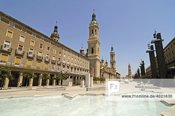 Basilika de Nuestra Senora del Pilar  Kathedrale  Plaza del Pilar  Platz  Brunnen  Zaragoza  Saragossa  Aragon  Kastilien  Spanien  Europa