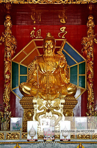 Die Statue von Lu Dong Bin  einer der Acht Unsterblichen  Chinesischer Palasttempel Viharnra Sien  Anek Kusala Sala  Museum mit Kult und Kunstgegenstände  1993 erbaut  Silverlake  Provinz Chonburi  Thailand  Asien