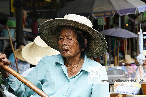 Obst und Gemüseverkäuferin  Damnoen Saduak Floating Market  Bangkok  Thailand  Asien
