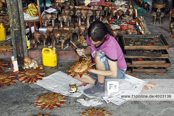 Junge Frau bemalt Holzartikel  Souvenirladen  San Kamphaeng  nähe Chiang Mai  Thailand  Asien