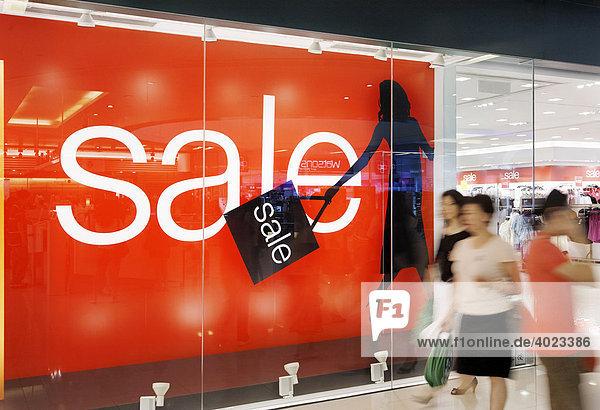 Sale'  Schlussverkauf im Einkaufszentrum New Town Plaza im Stadtteil Sha Tin  Hongkong  China  Asien