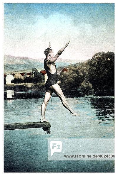 Historische Sommergrußkarte  Mann im Schwimmanzug auf dem Sprungbrett kurz vor dem Sprung in einen See Historische Sommergrußkarte, Mann im Schwimmanzug auf dem Sprungbrett kurz vor dem Sprung in einen See