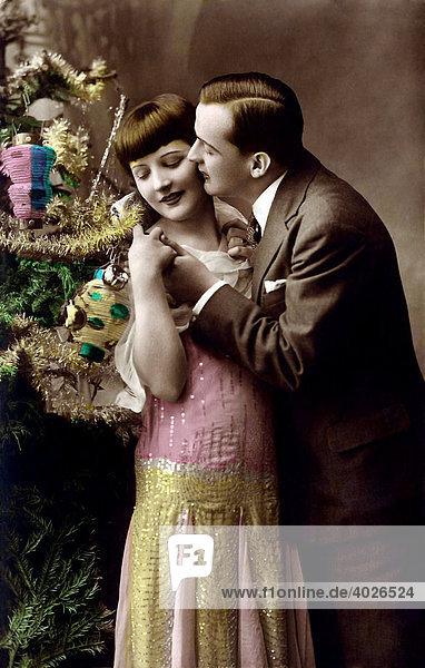 Mann und Frau  Kuss vor geschmücktem Tannenbaum  Weihnachten  Postkartenmotiv  um 1900 Mann und Frau