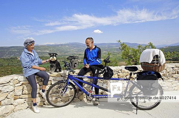Paar mit Tandem und Zwergschnauzer  schwarz-silber  Provence  Südfrankreich  Europa