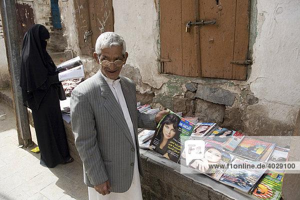 Verkauf von Zeitschriften  Suq  Markt  Altstadt  Sana'a  Jemen  Naher Osten