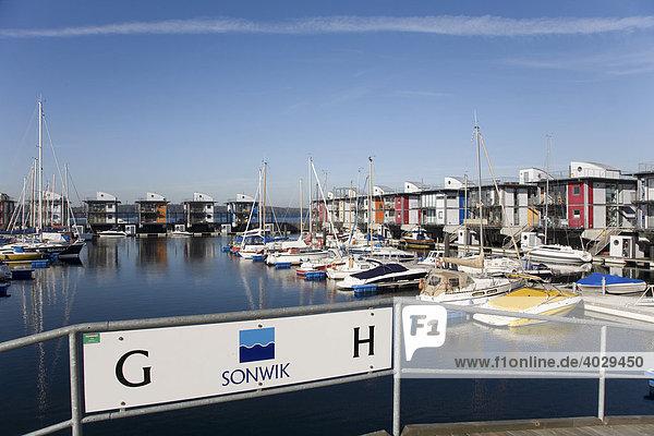 Segelboote  Wasserhäuser  säumen die moderne Marina in der Flensbuger Innenförde  Sonwik  Flensburg  Norddeutschland  Deutschland  Europa