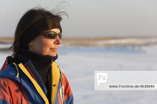 Frau  40 Jahre  mit Sonnenbrille  Winterbekleidung und Stirnband