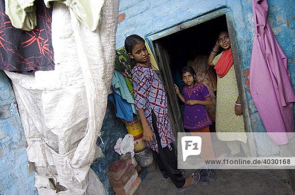 Mit Sozialarbeiter Fahim auf Hausbesuch in den Slums. Fahim arbeitet für das St. Thomas Home  eine Tuberkulose-Spezialklinik  und ist dafür zuständig Kontakt zu indischen Ärzten und Patienten  deren Familien und den Nachbarschaften in den Slums zu halten. Während der Mann arbeitet  hüten die Frauen das Haus. Howrah  Hooghly  Westbengalen  Indien