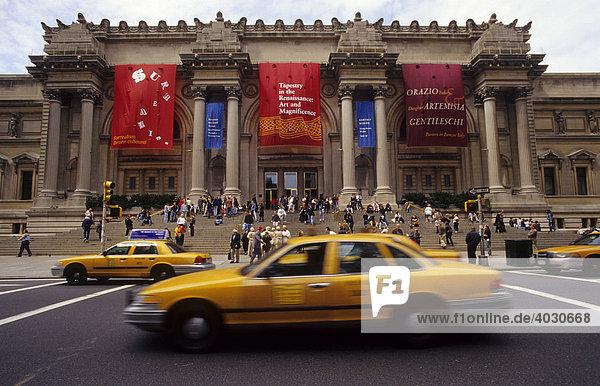 Taxi auf der Fifth Avenue vor dem Metropolitan Museum  Manhattan  New York City  USA