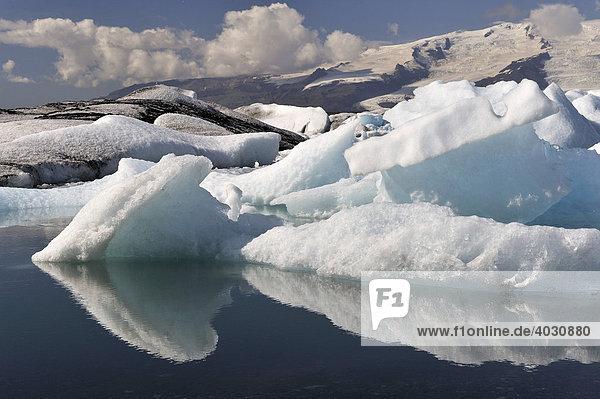 Gletschersee Jökulsárlón  dt. Gletscherflusslagune  liegt zwischen dem Skaftafell-Nationalpark und Höfn  mit treibenden Eisbergen  Südküste  Island  Europa