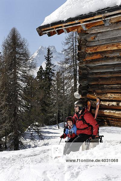 Skifahrer rasten an einer Hütte  Sellaronda  Dolomiten  Südtirol  Trentino  Italien  Europa