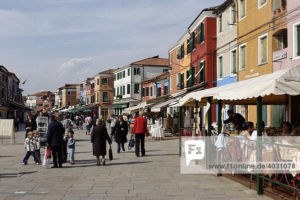 Farbenfroh bemalte Häuser in Burano  Insel in der Lagune von Venedig  Italien  Europa