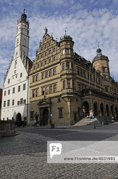 Renaissance Fassade des Rathauses mit barockem Arkadenvorbau  dahinter der gotische Teil mit 60m hohem Turm  Rothenburg ob der Tauber  Bayern  Deutschland  Europa