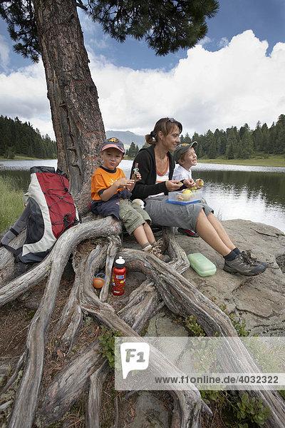 Frau und zwei Kinder am Grünsee  Turracher Höhe  Nockberge  Kärnten  Österreich  Europa