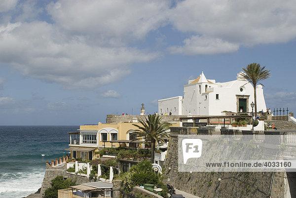 Weiße Kirche Santa Maria del Soccorso auf Felsen über dem Meer  Forio  Altstadt  Insel Ischia  Golf von Neapel  Kampanien  Süditalien  Italien  Europa