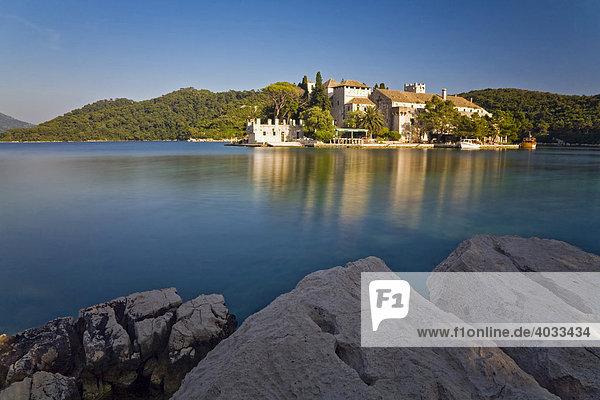 Benediktiner Kloster auf der Insel der Heiligen Maria im Veliko jezero  Großer See  im Nationalpark Mljet  Insel Mljet  Dubrovnik-Neretva  Dalmatien  Kroatien  Europa